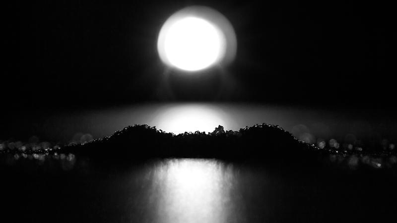 Hva er avbildet? Er det landskap i mørket? Er bare sukker - Dikt/foto av Linn Eriksson