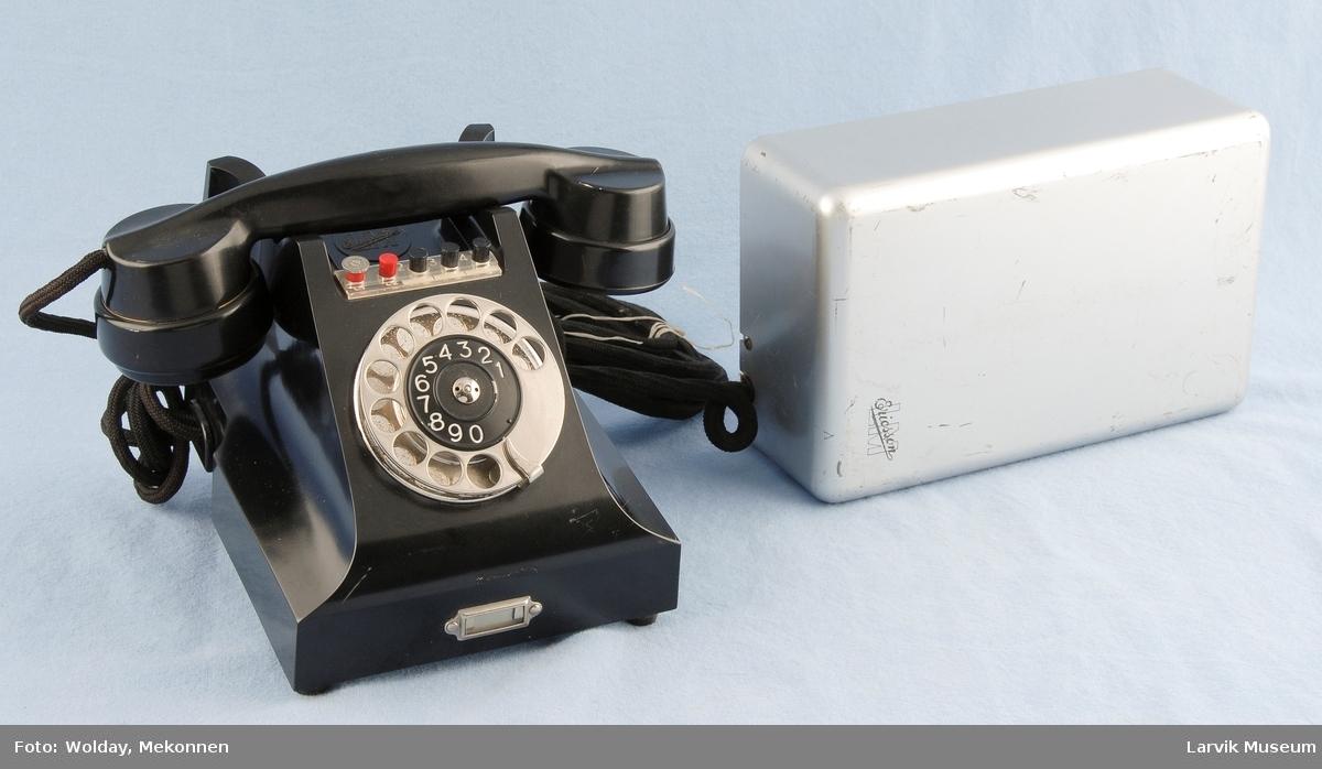 Form: Vanlig telefon med rektangulær kassen til rele. Knapper form valg av linje over tallskive. tallskive i metall