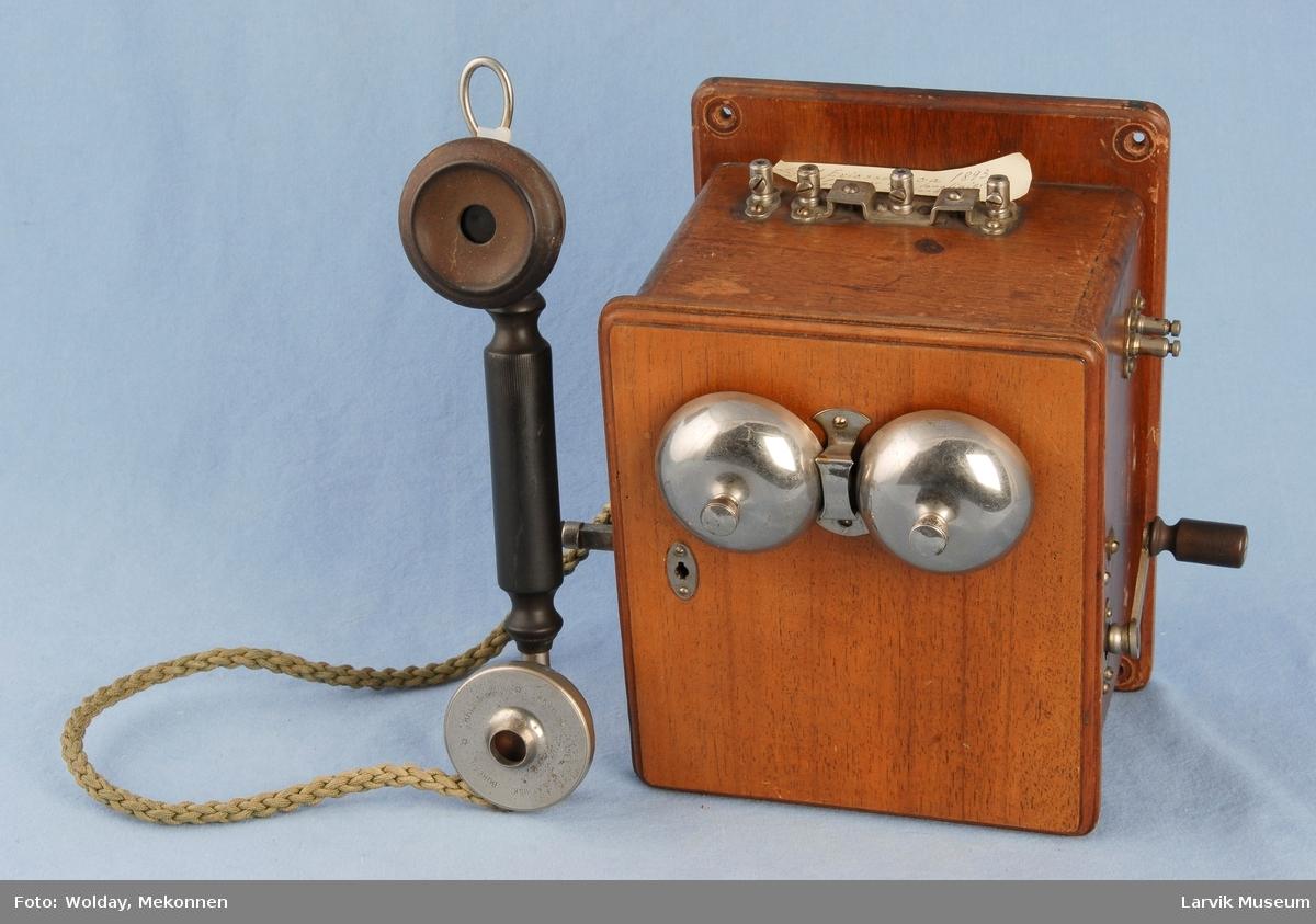 Form: Telefon for veggmotasje m/oppheng for telefonrør på siden. Sveiv på andre siden Manuell