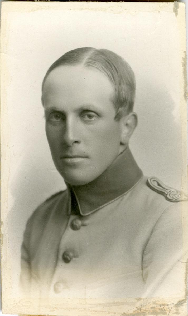 Porträtt av Nils Gustaf Bertil Dybeck, kapten vid Hälsinge regemente I 14.