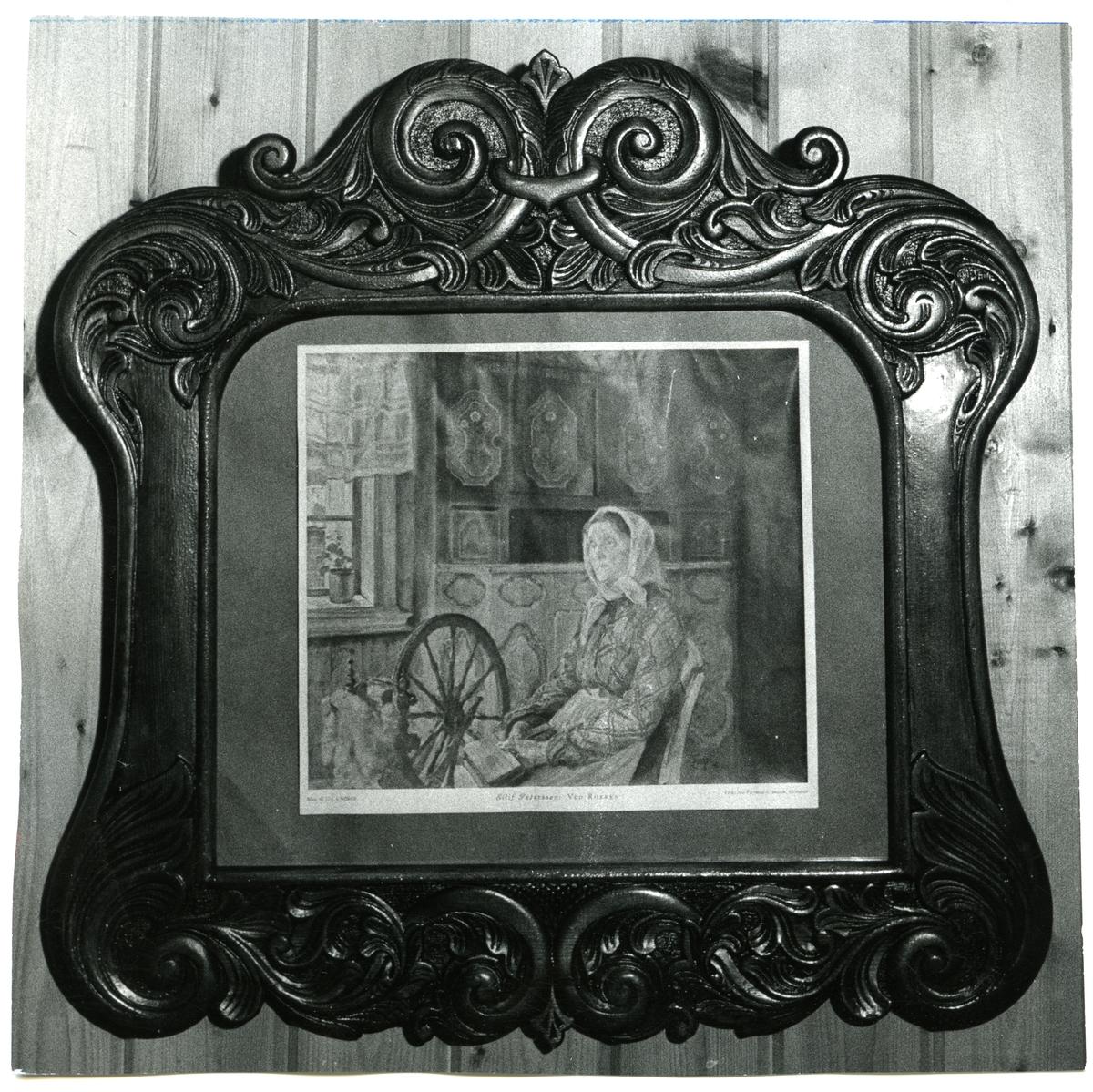 """Avfotografering av maleriet """"Ved rokken"""" av Eilif Petersen. Ramer er skåret ut av Engebret Lundemoen."""