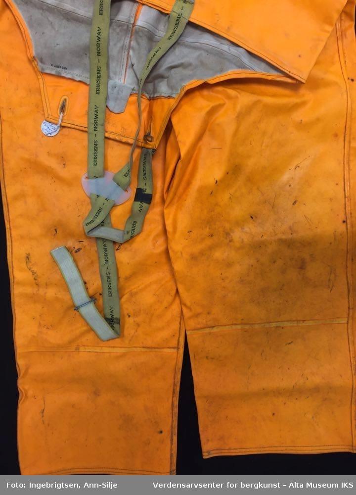ef8502fd ... Verdensarvsenter for bergkunst – Alta Museum IKS. Oransje jakke med  hette og bukse med seler.