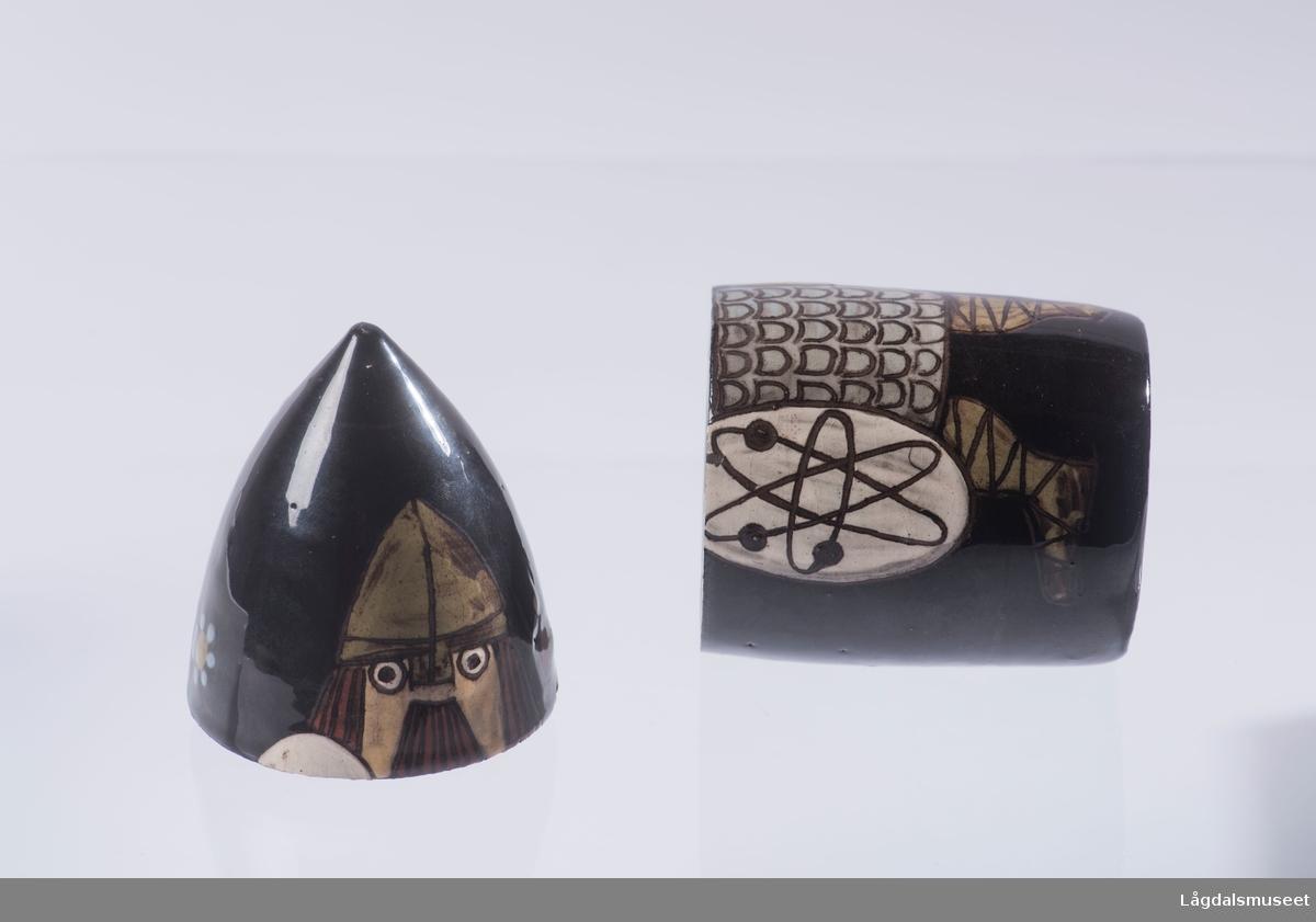 En sigarettholder med motiv av en viking med skjold i ene hånden og blomster i andre.