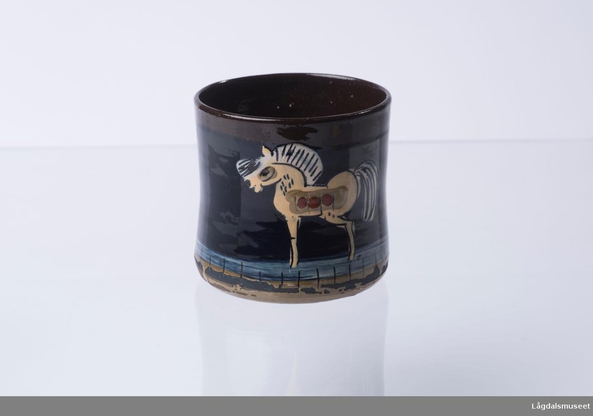 Motivet på koppen viser en hest.