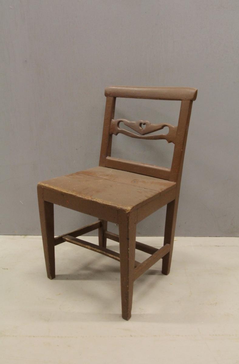 Fire retteben med firkantet tverrsnitt og forbundet med H-sprosse samt sprosse mellom bakbenene. Glatt sarg og svakt trapesformet sete uten utsprang. Rygg formet som rektangulær ramme med horisontal midtsprosse. Sprossen har sveifet kontor og er gjennombrutt.