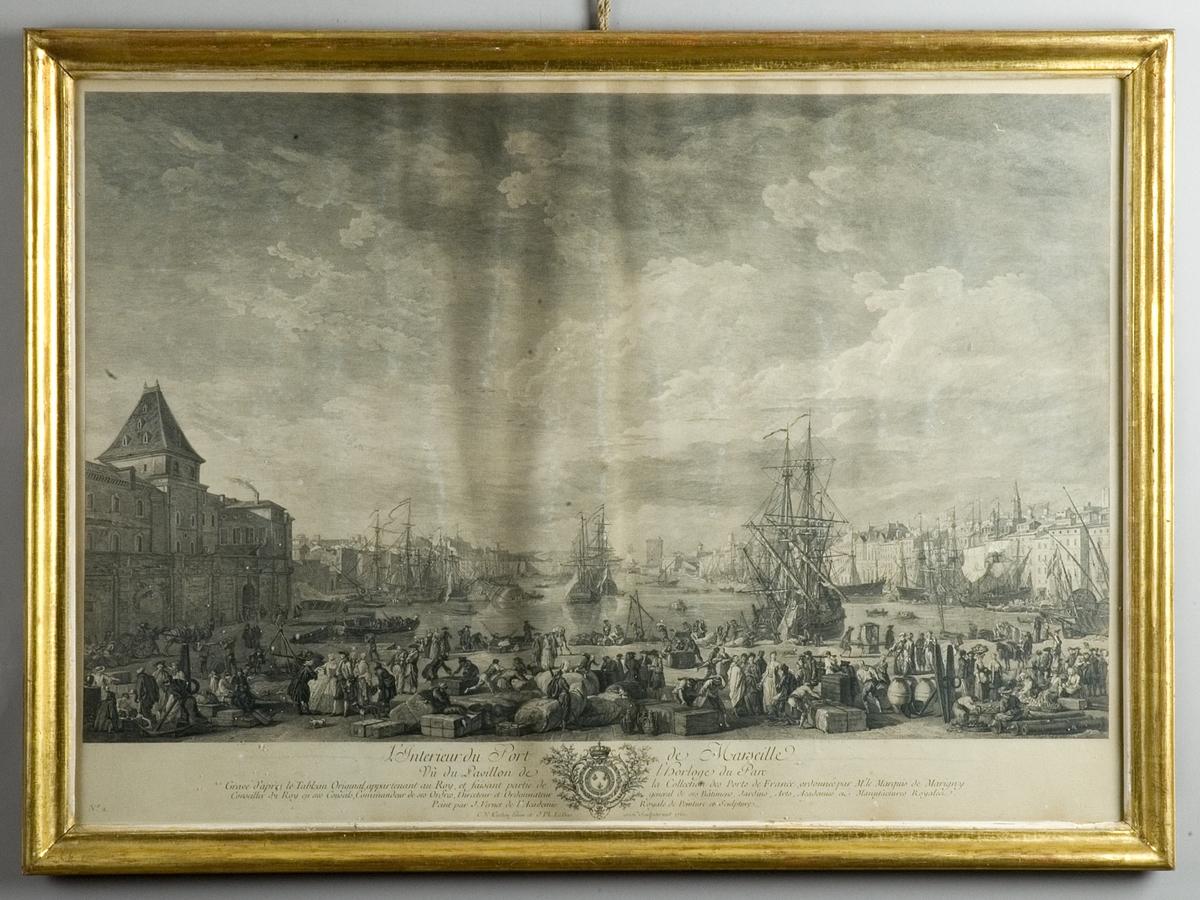 Hamnen i Marseille, kajliv med människor och varor, i bakgrunden skepp och stadsbild.