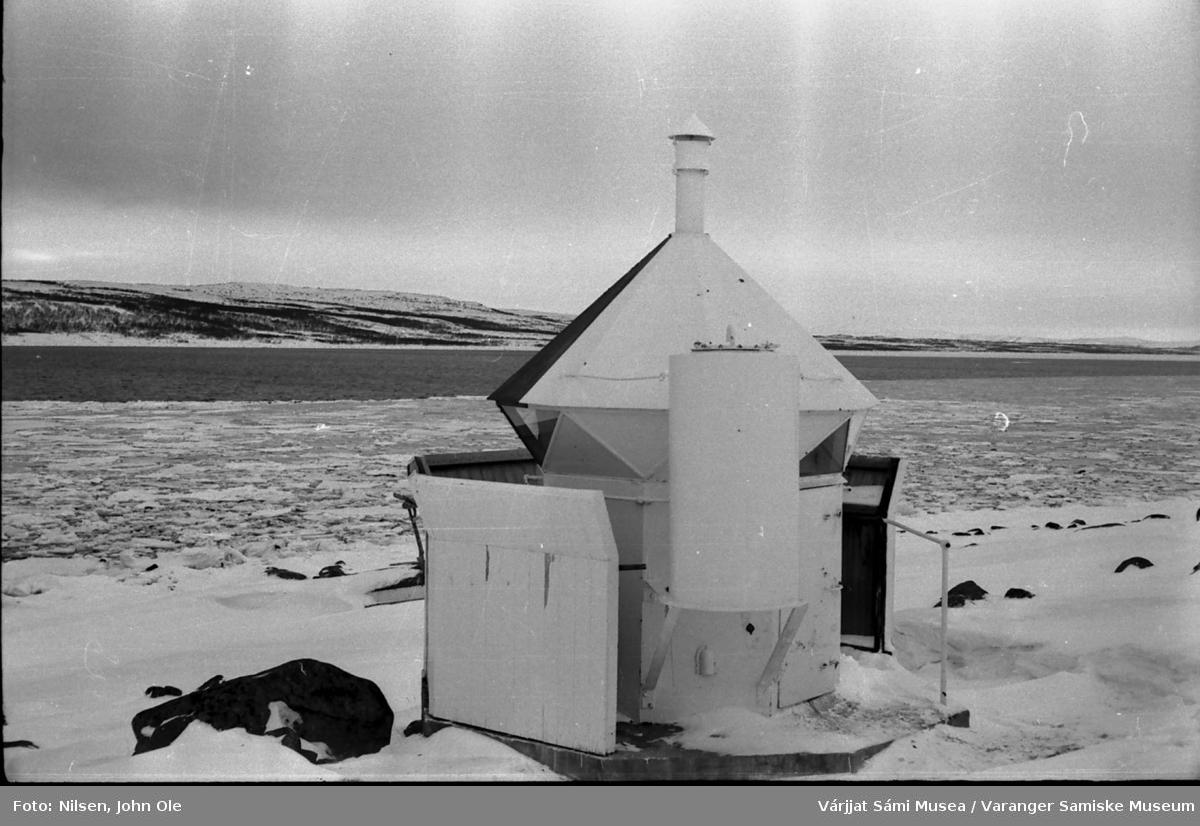 Fyrlykta i Marmenes/Bunes med en del is som har løsnet lenger inn i fjorden. 1967.