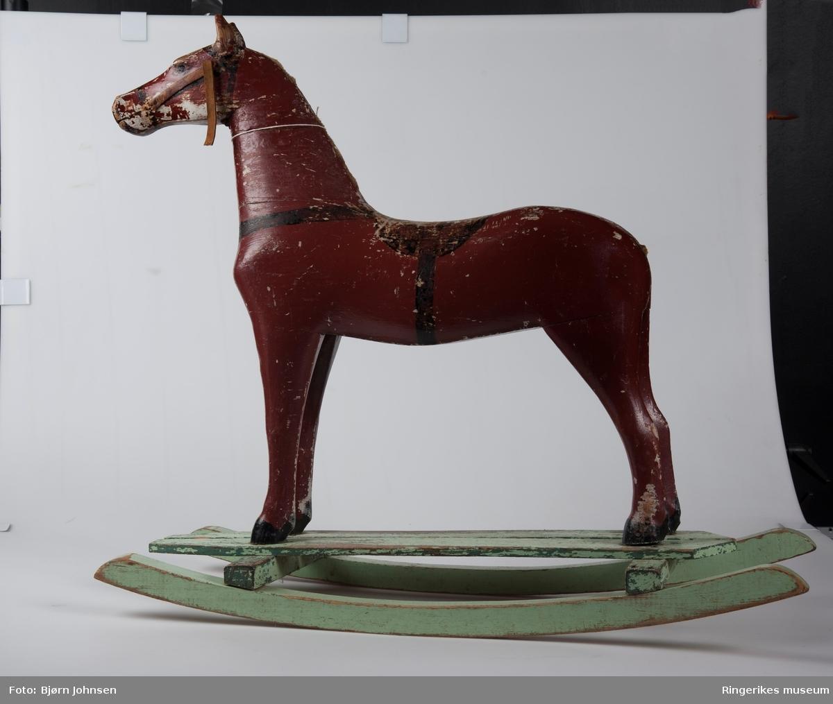 hestefigur med malte trekk og seletøy