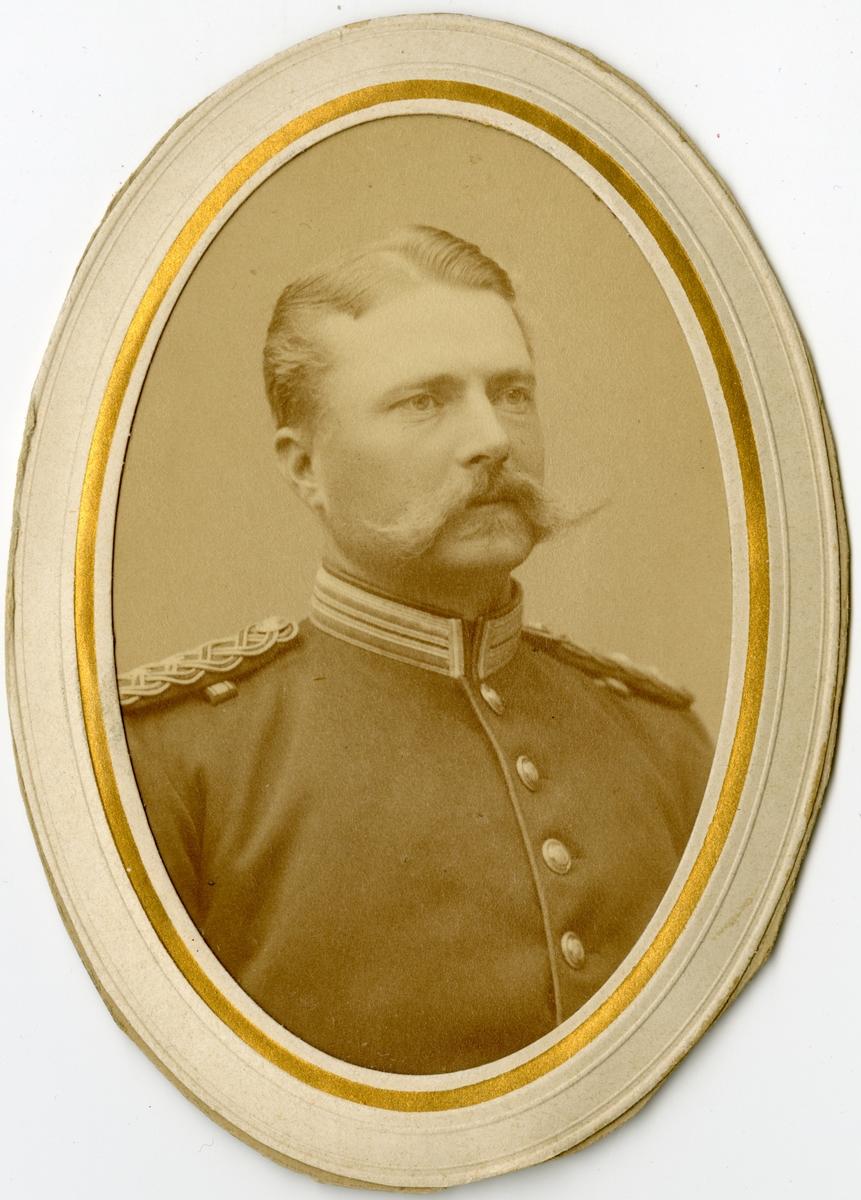 Porträtt av Sigurd Ericson, kapten vid Dalregementet I 13.  Se även bild AMA.0013899 och AMA.0021739.