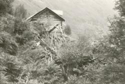 Dokumentasjonsbilder i serie av et gammelt småbruk med vånin
