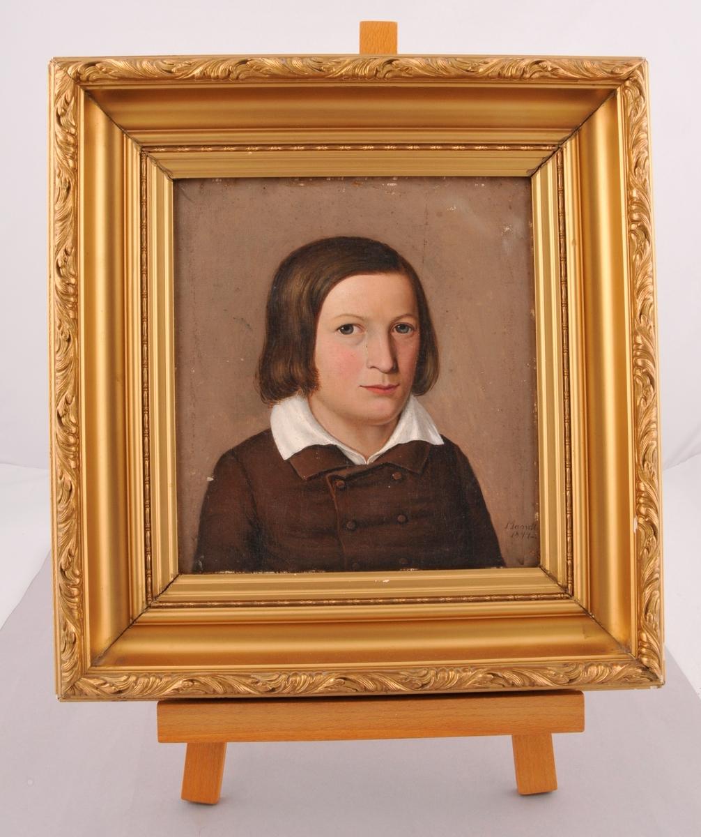 Portrett av ung gut med kvit halskrage og svart kåpe.