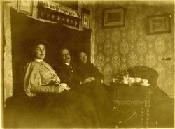 """Greta, Sven, Anna"" vid kaffebordet. Anna sommaren 1906"" - A"