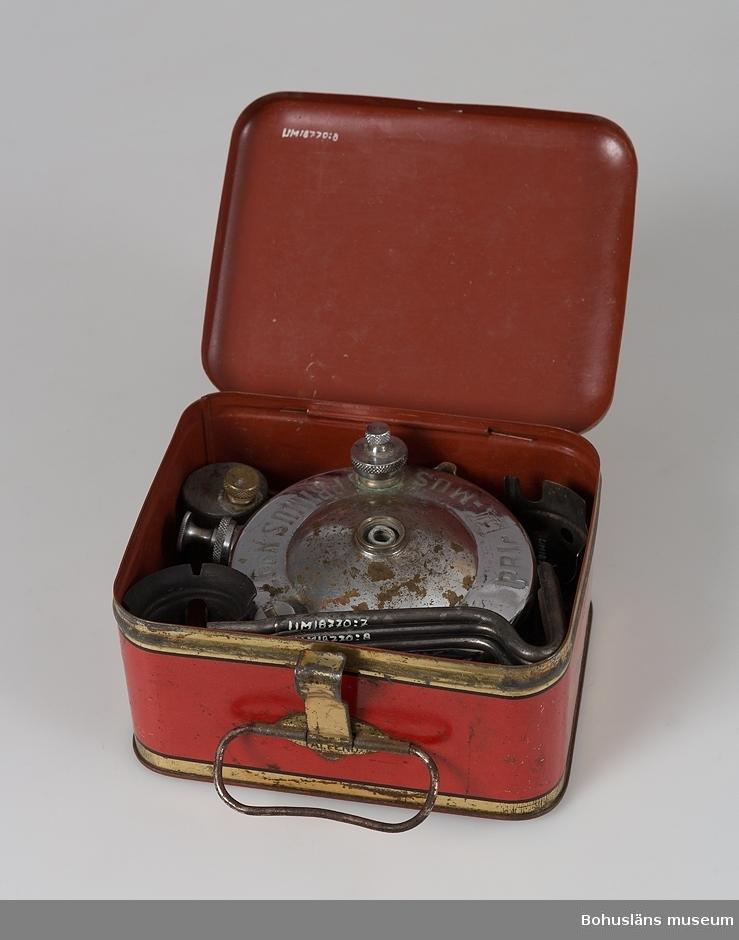 """Primuskök med liten bränsledunk och nyckel och låda i metallplåt att förvara sakerna i. Lådan i röd färg och text """"Primus"""" på locket."""