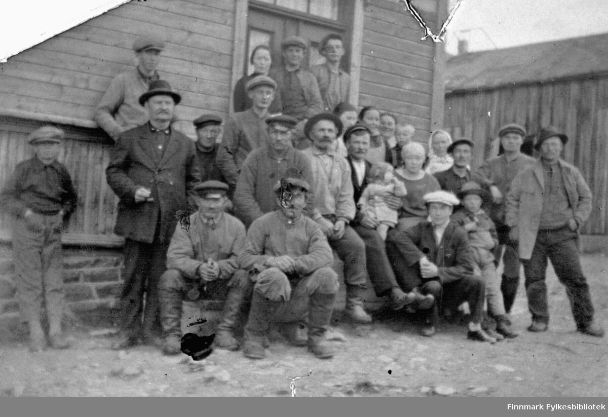Bildet viser mange personer utenfor en bygning i Kiberg. Opplysninger mangler.