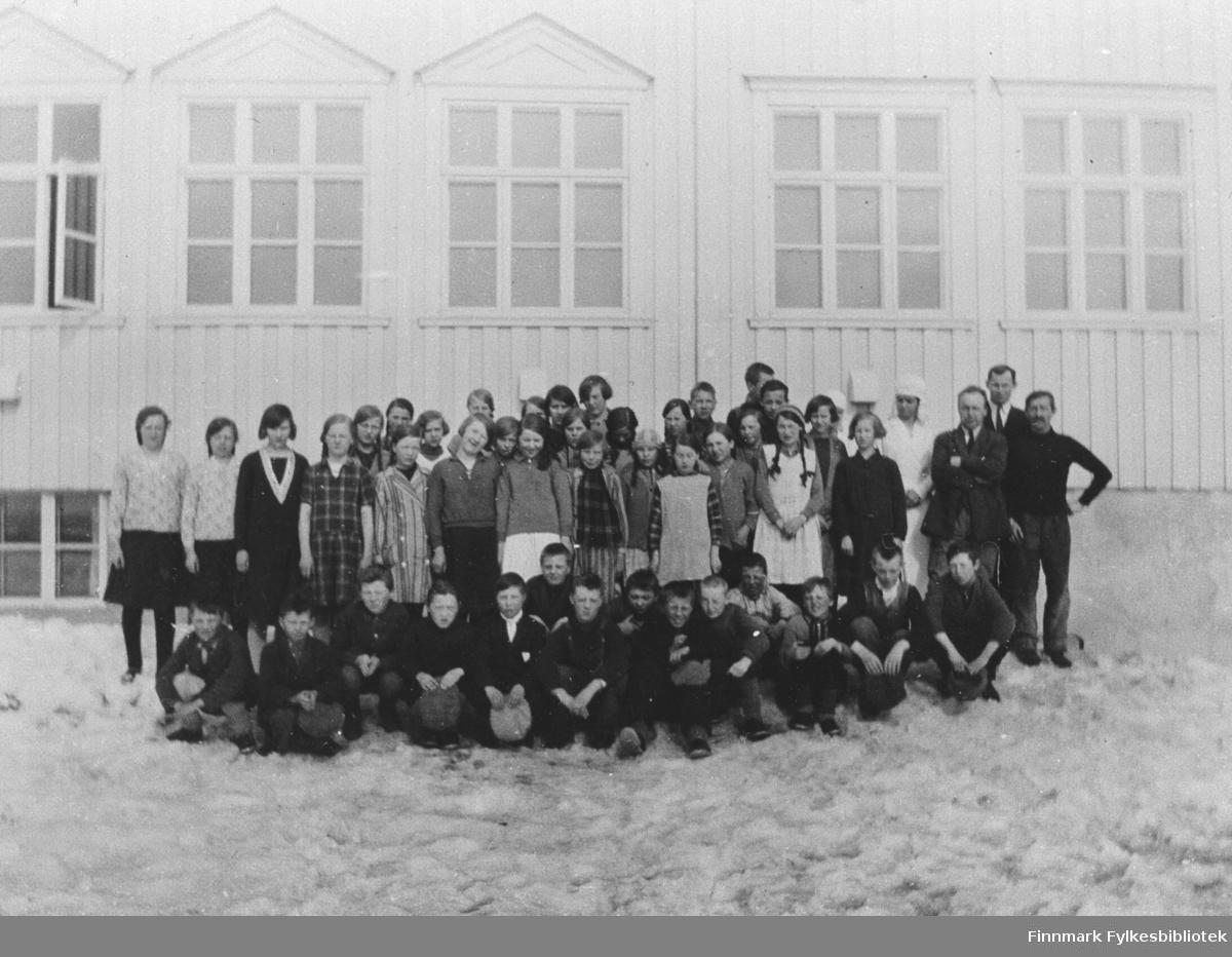 Gruppebilde utenfor skolen i Kiberg.