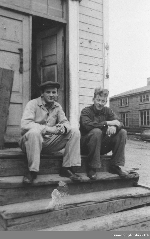 Hilmar Borch og Bernhard Abrahamsen på trappa til den gamle Moe-butikken i Kiberg. Butikken var i bygningen som 'Proden' hadde sine kontorer.
