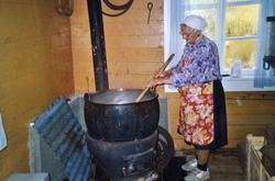 Ingebjørg Fururhaug kokar prim på stølen til Furuhaugo