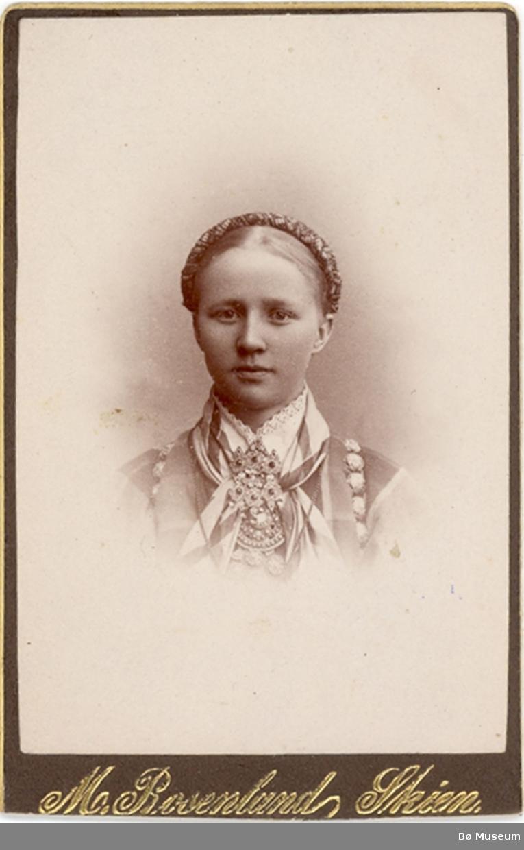 Brystbilde av ung kvinne i beltestakk:  Kari Halvorsdtr. Sønstebø, gift Vatnar.