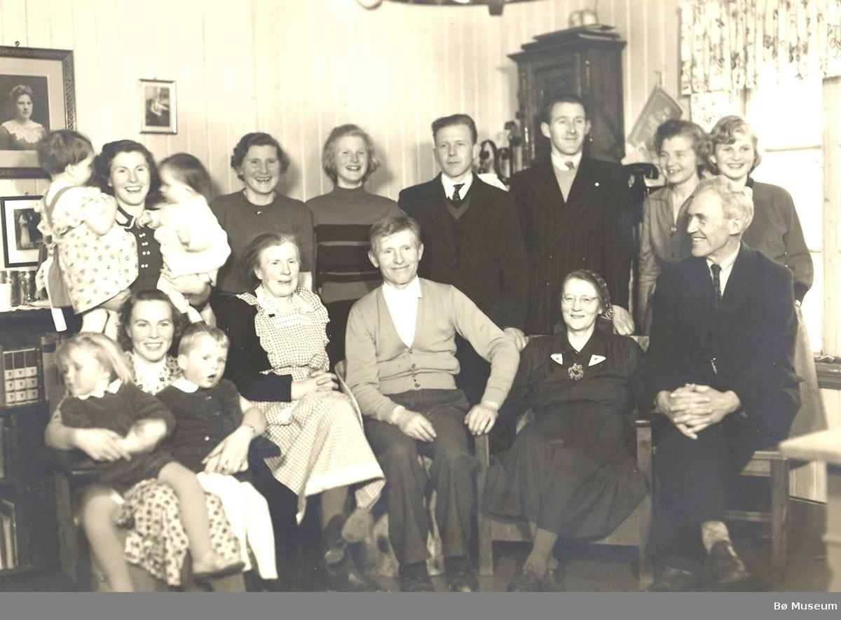 Familieselskap på Tveitan hjå Halvor og Aaslaug Mæland
