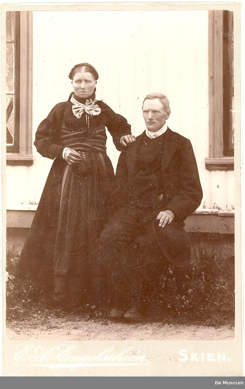 Guro Kristoffersdotter og Halvor Anundson Vestgarden, heilfigur, beltestakk