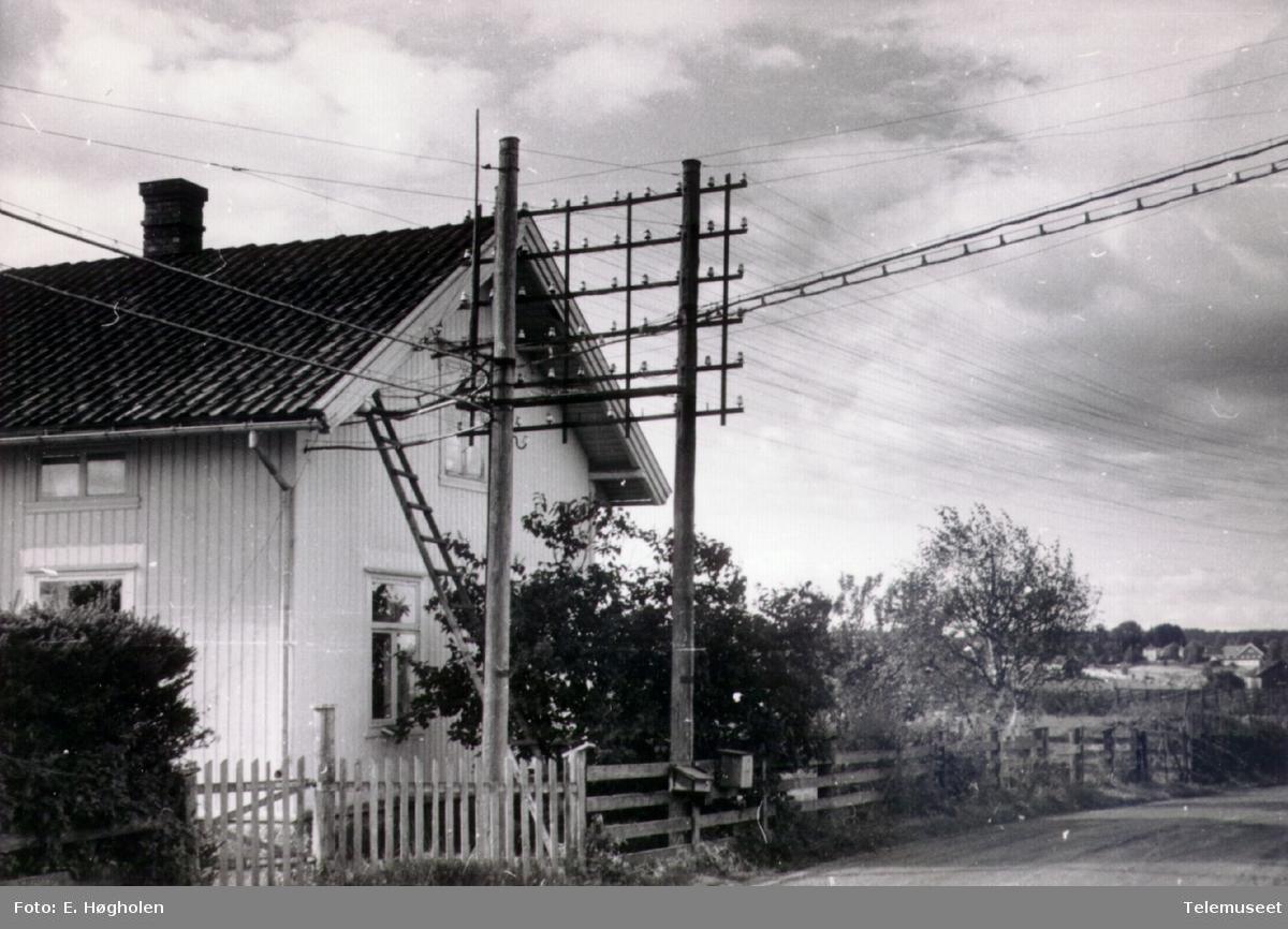 Romedal telefonsentral med stolpene for inntak av linjer