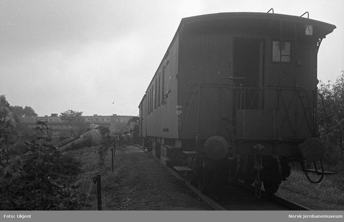 Avsporet kipptog med damplokomotiv type 32b/c ved Sinsen kornmagasin på godssporet Alnabru-Grefsen - redskapstoget