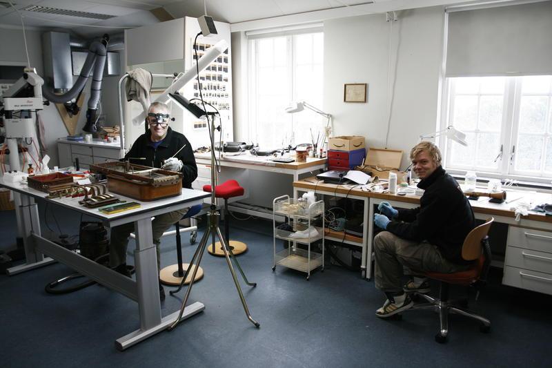 Konservator Mats Krouthén og hans praktikant arbeider i Konserveringsverkstedet. (Foto/Photo)