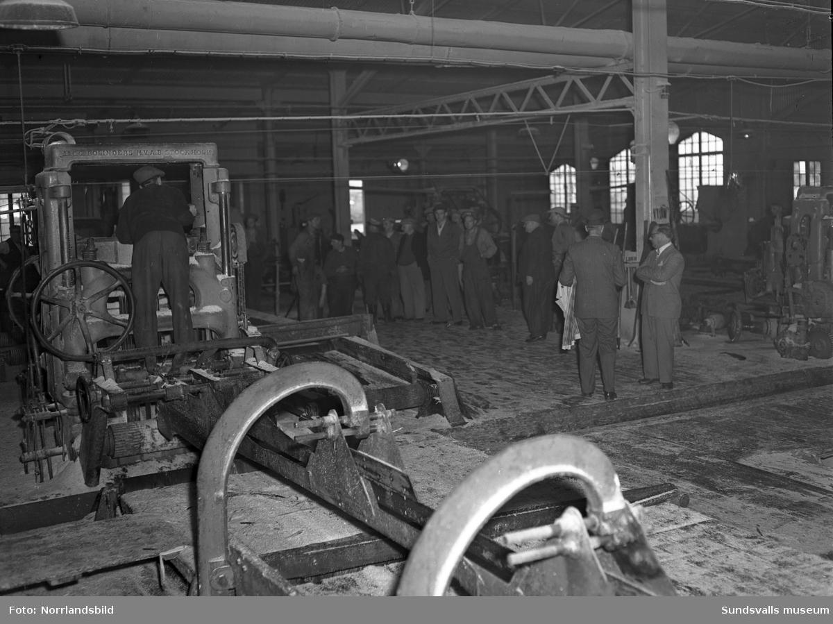 En stor grupp bilder från Skönviks sågverk. Översiktsbilder, interiör- och exteriörbilder från verksamheten, pråmar, lastning på fartyget Aquila, kontoret med mera,