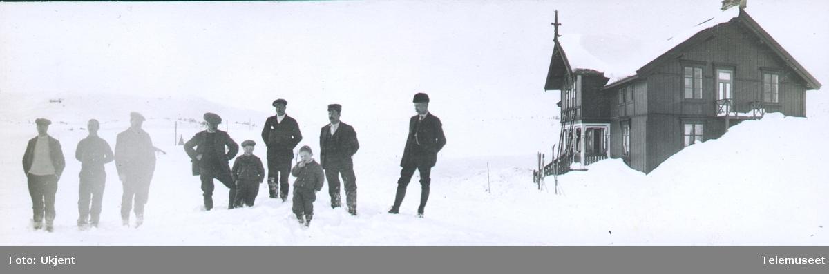 Heftyes reise i Nord-Norge, gruppebilde, bygning vinter