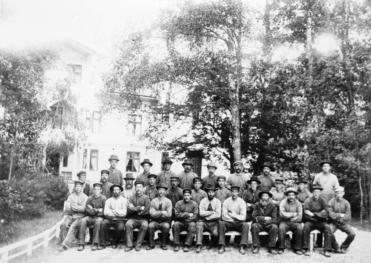Gruppebilde, husmenn og arbeidsfolk på Eidsverket ved Bjørkelangen, ca. 1900.