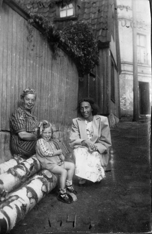 Tre generasjoner kvinner på Enerhaugen (Foto/Photo)