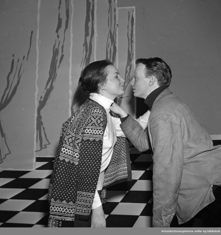 Fra prøvene til musikalen Fantasticks på CHAT NOIR 1965..Anita Thallaug og Kjetil Bang-Hansen.
