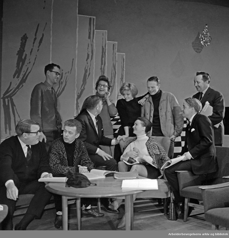 Fra prøvene til musikalen Fantasticks på CHAT NOIR 1965..Fra venstre: Per Lekang, Alfred Maurstad, Arve Opsahl, Anita Thallaug og Svein Wickstrøm. .Bak: Einar Iversen, Kirsten Sørlie, Grynet Molvig, Kjetil Bang-Hansen og ukjent.