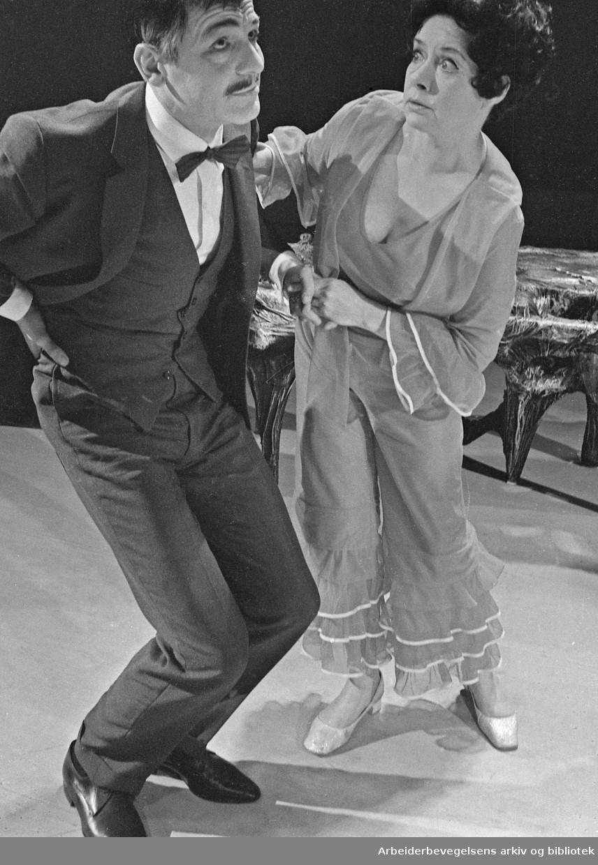 Nationaltheatret. Hovedscenen..SLANGEN av Finn Carling. Premiere: 05.05.1970..Medvirkende: Bente Brunvoll, Per Sunderland, Urda Arneberg, Svein Scharffenberg og Geir Børresen.