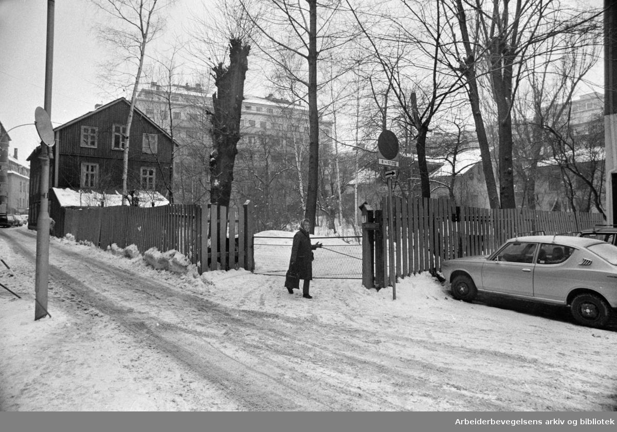 Hjelmsgate 3. Opprinnelig garveribygning for firmaet J. P. Hallén. Siden brukt av blant annet redaksjonen for Gateavisa..Februar 1976