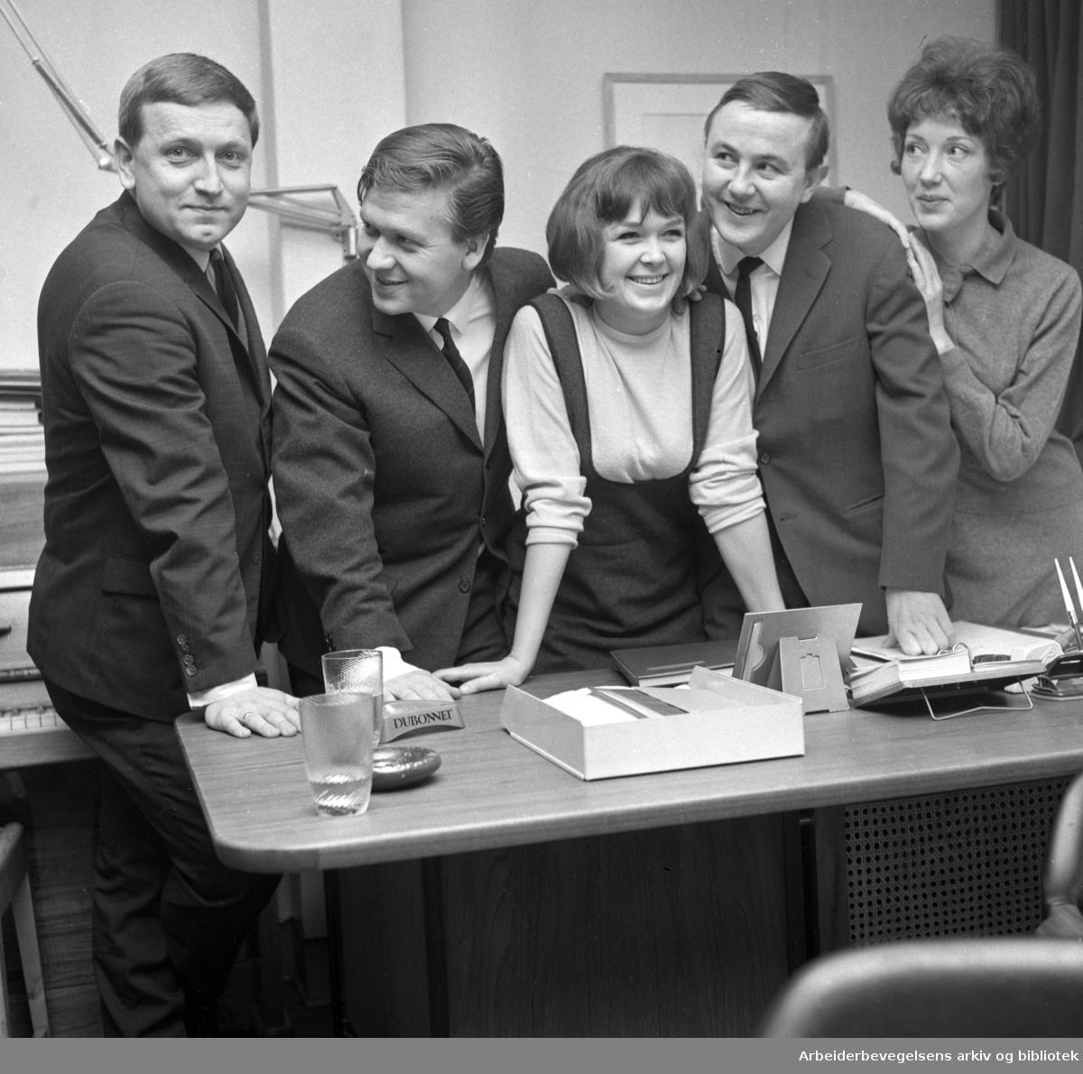 Lysthuset Revyteater..Fra venstre: Rolv Wesenlund, Harald Heide-Steen jr., Trulte Heide Steen, Svein Byhring og Eva Lystad..1965.