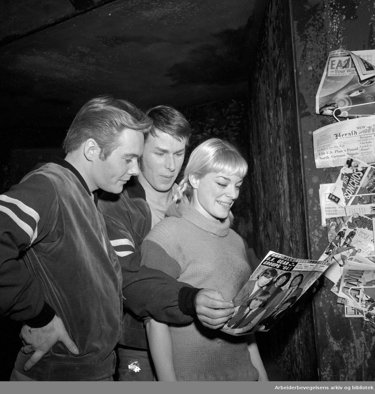 Det Norske Teatret. WEST SIDE STORY. Premiere 03.04.1965..Medvirkende: Per Asplin, Sølvi Wang, Ola B. Johannessen, Rikki Septimus, Helge Linaae, Anne Nyborg, Berit Kullander o. a.