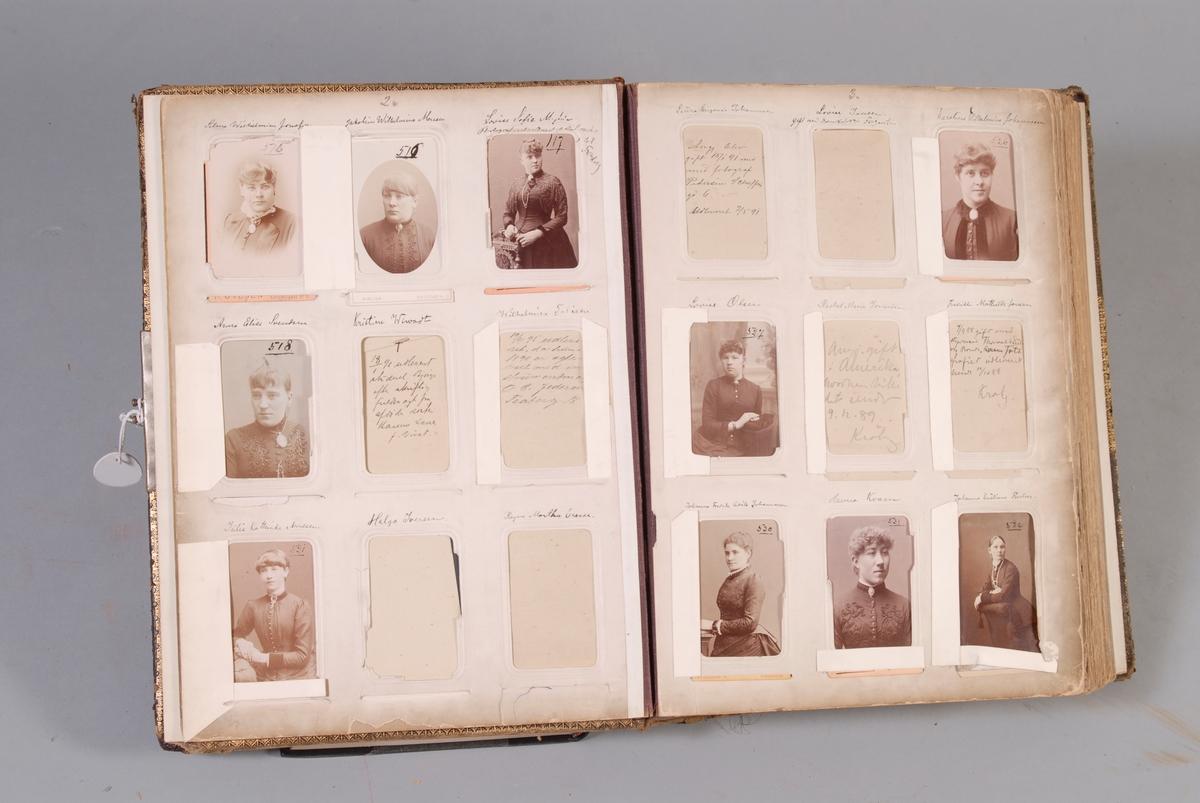 Brunt skinninnbundet album med 9 bildelommer på hver side. Albumet inneholder rundt 300 bilder.