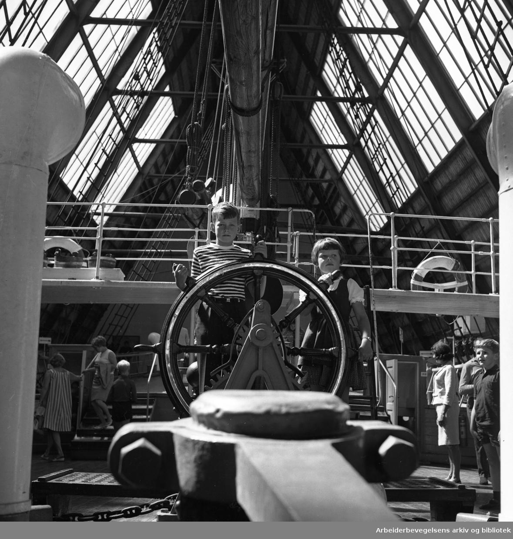 Turister ombord på polarskuta Fram. .Frammuséet på Bygdøy..Ca. 1965.