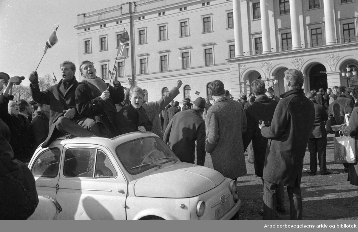 Mange var møtt frem foran slottet da forlovelsen mellom Kronprins Harald og Sonja Haraldsen ble kunngjort..20 Mars 1968.