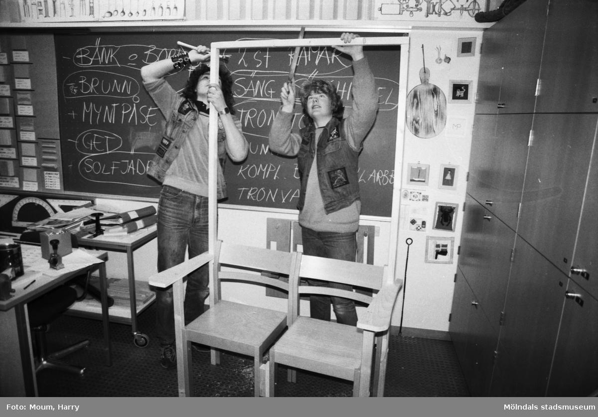 Temavecka på Ekenskolan i Kållered, år 1984. Rekvisitatillverkning inför musikalen Joseph.  För mer information om bilden se under tilläggsinformation.