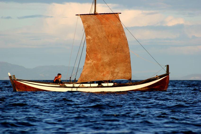 Åfjordsbåt. Firing, 27-32 ft. Rigged with a square sail.