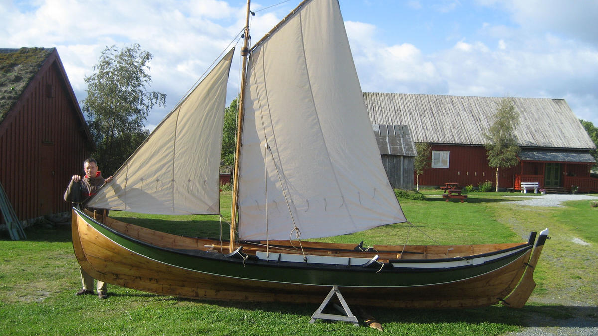 Åfjordsbåt. Storfæring, about 20 ft. Usually the åfjord boats are square rigged, smaller boats can also have a fore-and-aft rig. (Foto/Photo)