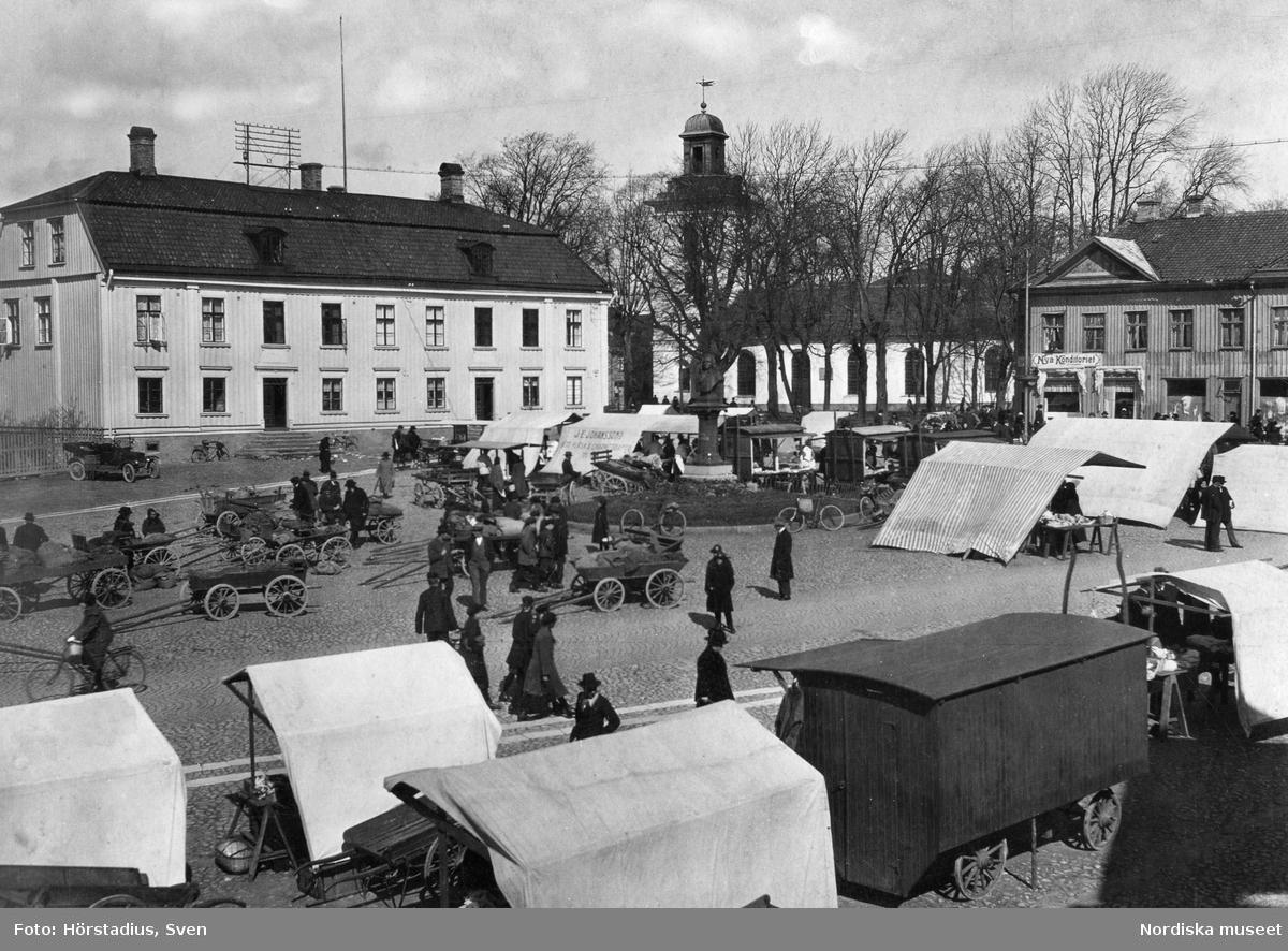 Stora torget i Alingsås en torgdag. Rådhuset och kyrkan till vänster