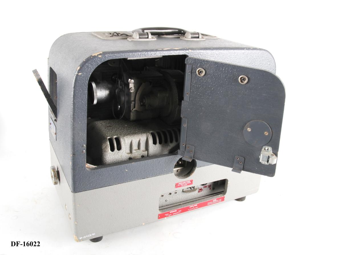 Projektor med ledning og optisk linse, i kasse.