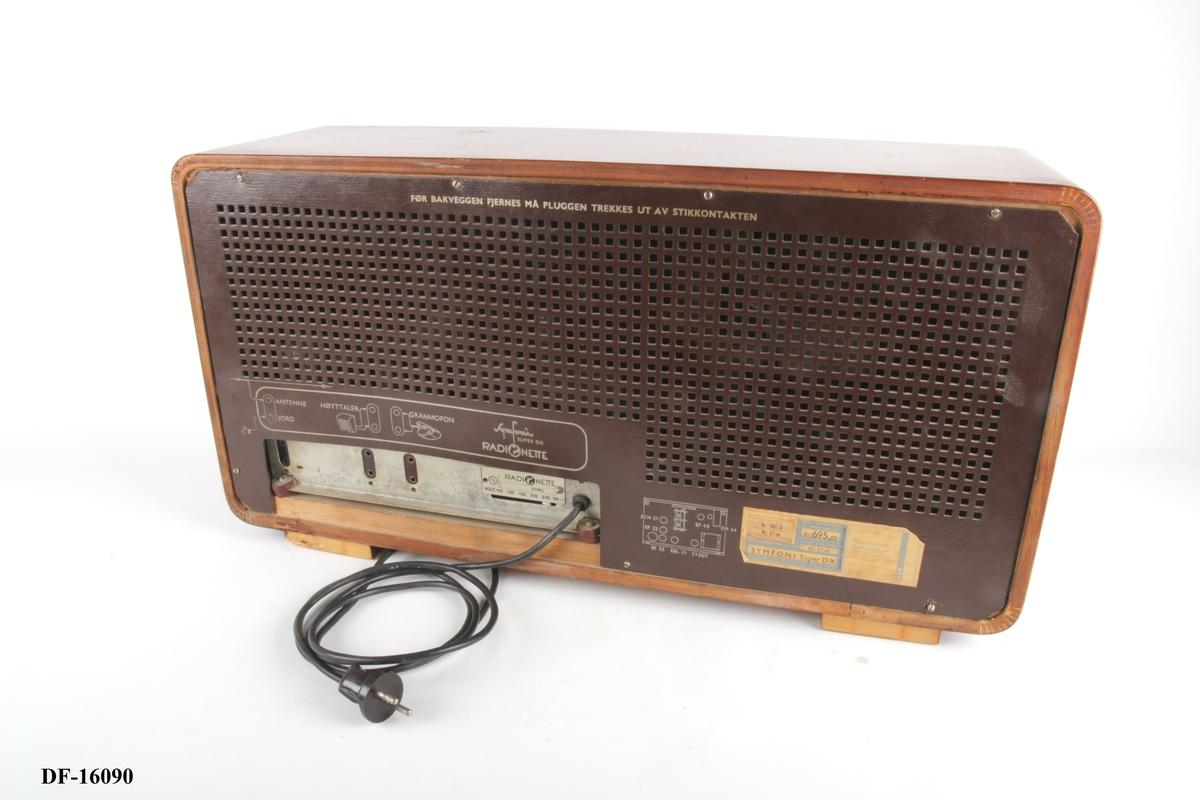 Avlang radio med rette kortsider. Søkerskala foran i glass, med fem knapper under. Høyttaler til venstre, dekket til med tekstil.