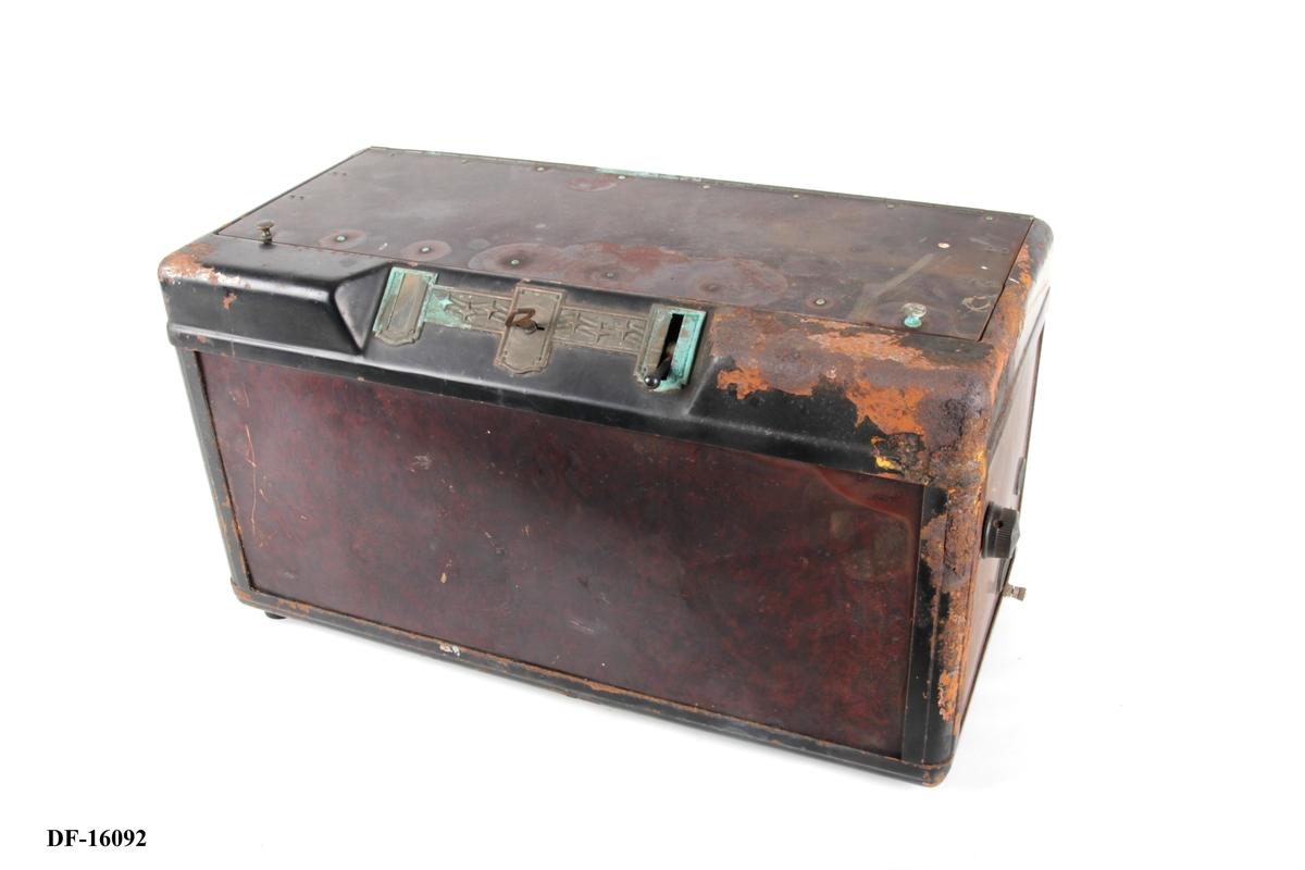 Kasseformet radio med lås og nøkkel.