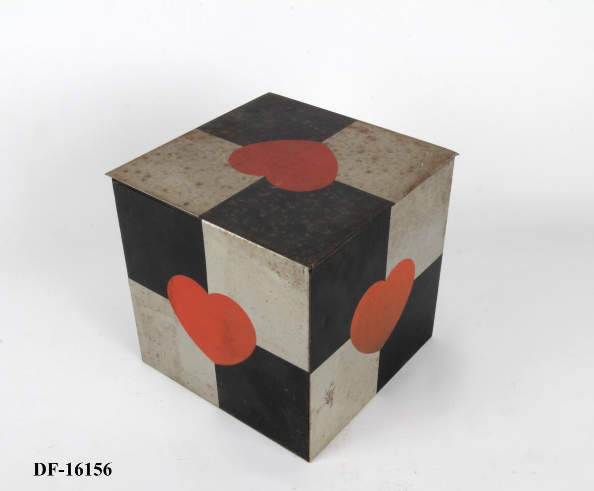 Sjakkmønstret boks med et stort, sentrert, rødt hjerte.