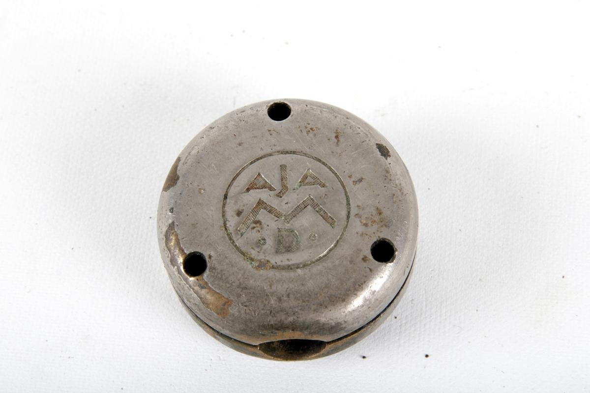 Trykkoker med rist, trykkventil og lokk. Lokket består av  ventil, låsemekanisme og innvendig gummilist.