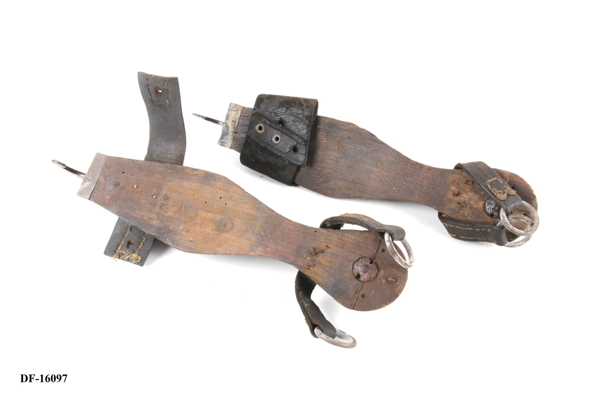 Et par snabelskøyter med fotreim.